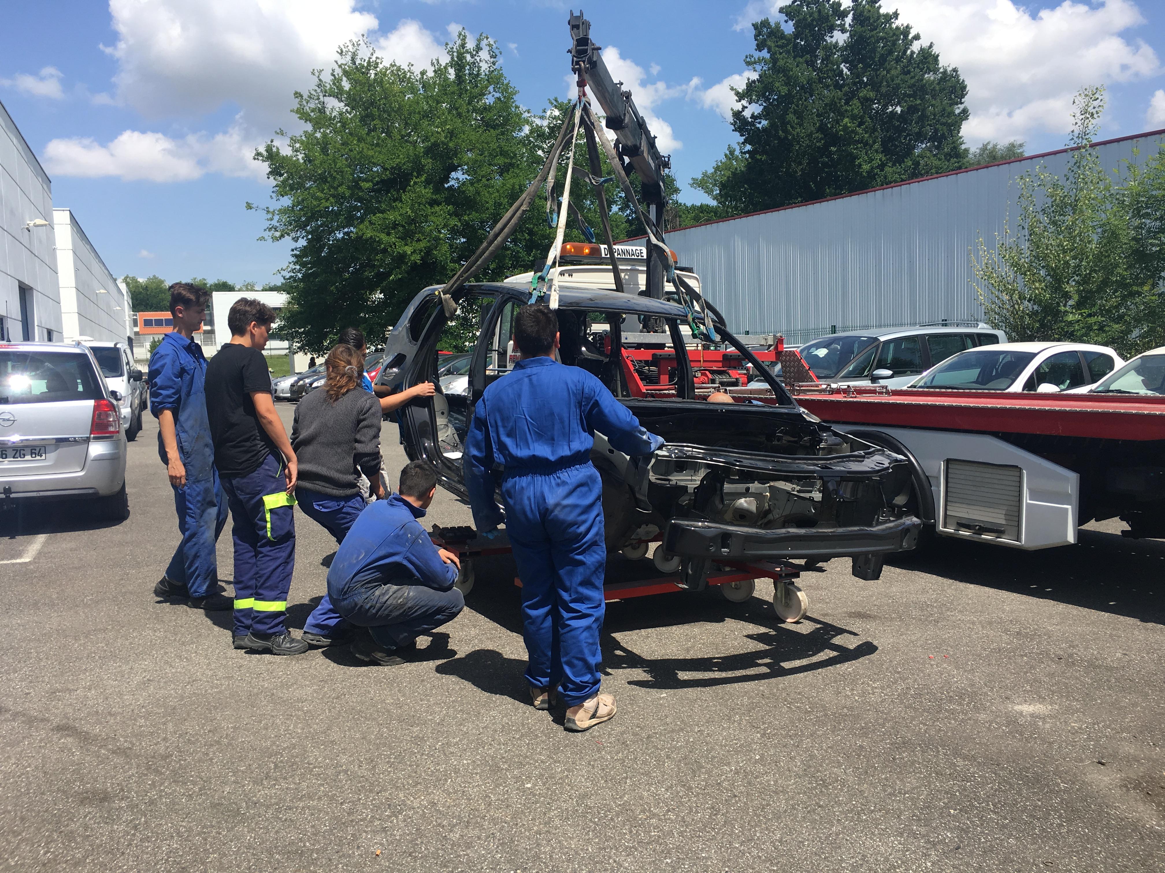 Livraison d'une carrosserie Renault aux apprentis carrossiers automobiles de Pau