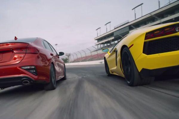 Insolite : La nouvelle Kia Forte comparée à une Lamborghini Aventador